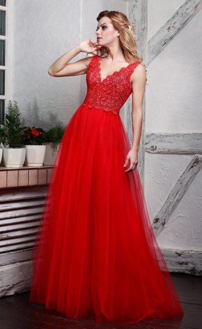 Пышное вечернее платье алого цвета с кружевным лифом с V-образным вырезом.