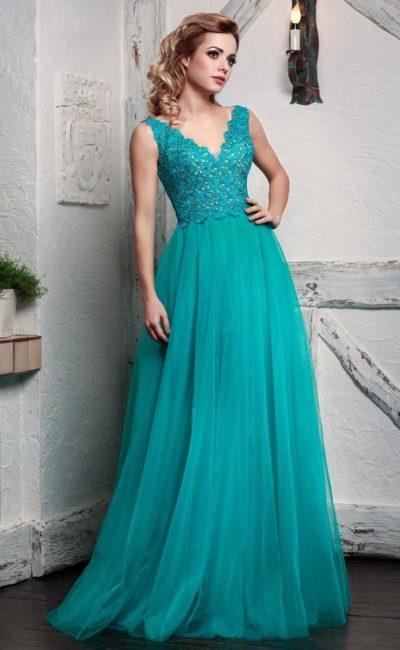 Бирюзовое вечернее платье с многослойной юбкой и фактурным верхом.