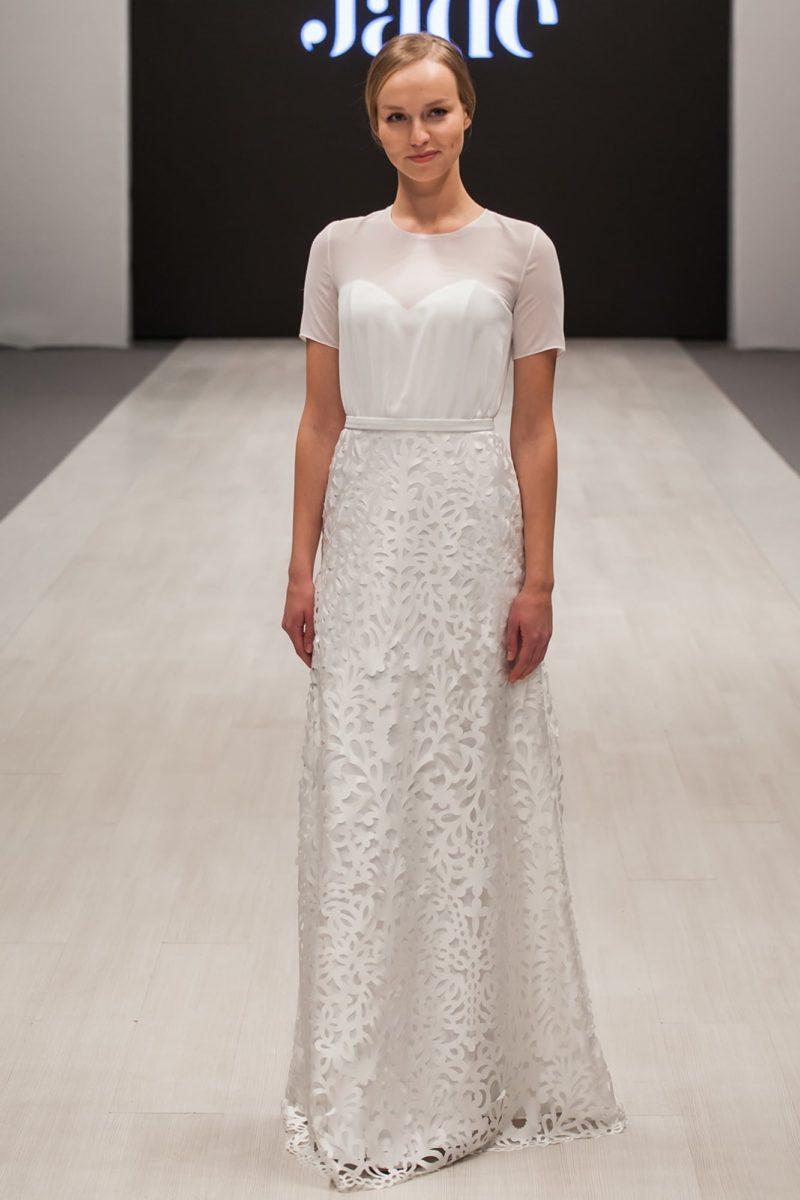 Прямое свадебное платье с эффектной кружевной юбкой и коротким рукавом.