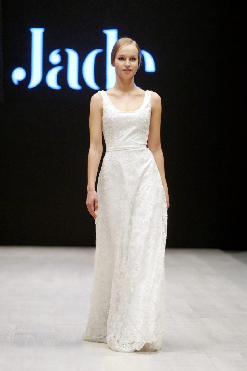 Романтичное свадебное платье прямого кроя с круглым вырезом и кружевным декором.