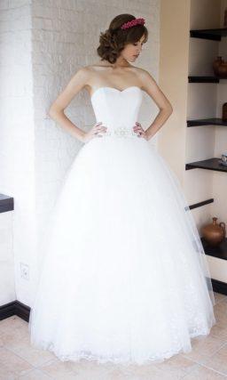 Изысканное свадебное платье пышного кроя с широким поясом.