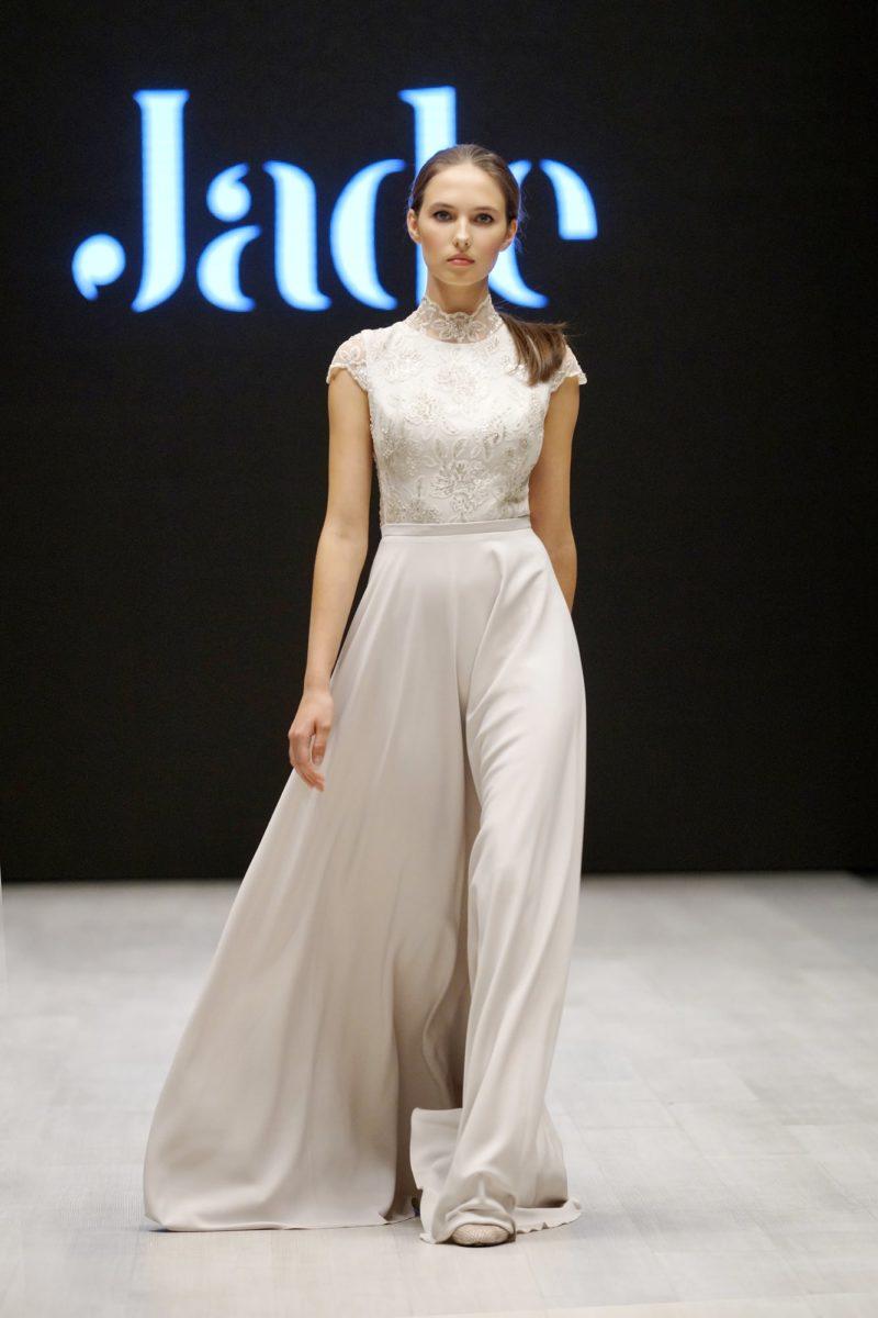 Струящееся по фигуре свадебное платье с кружевным воротником-стойкой.