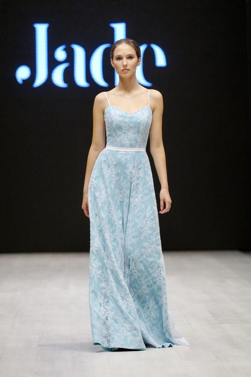 Голубое свадебное платье прямого кроя, покрытое белым кружевом.