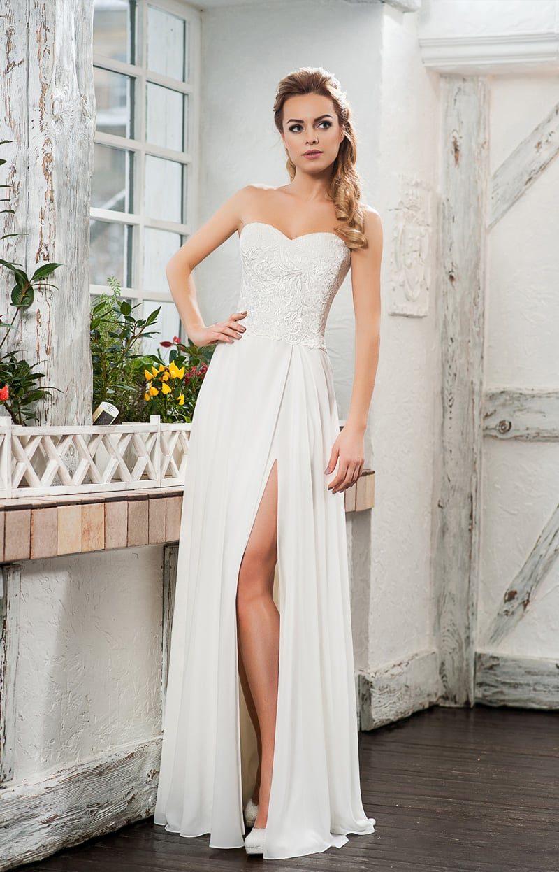 Оригинальное свадебное платье с разрезом на юбке и фактурным корсетом.