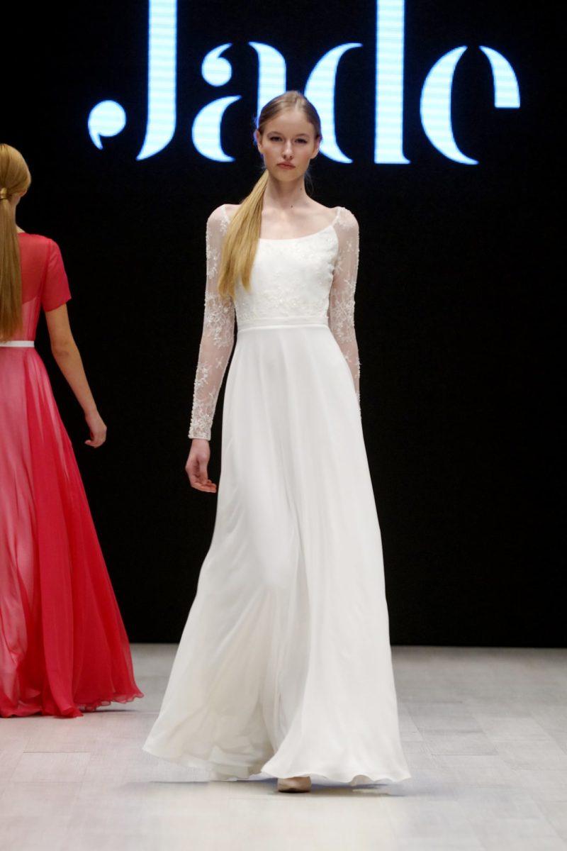Прямое свадебное платье с полупрозрачным длинным рукавом.