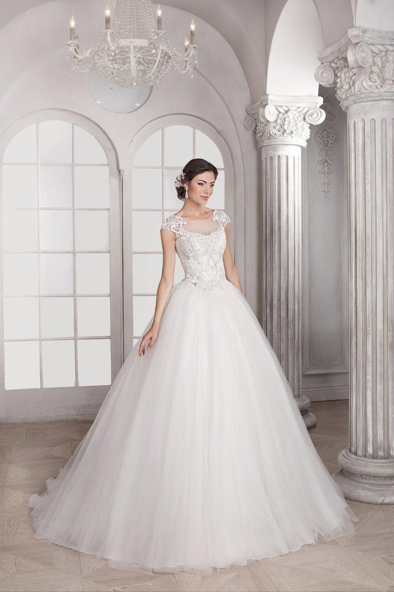Классическое свадебное платье пышного кроя с кружевной отделкой верха и тонкой вставкой над лифом.