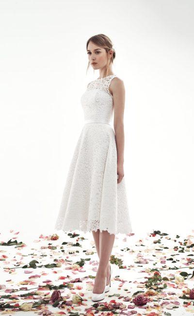 Кружевное свадебное платье с пышной юбкой до колена и американской проймой.