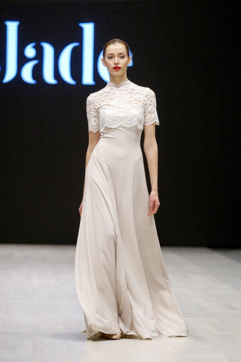 Изящное свадебное платье А-силуэта с коротким кружевным топом.