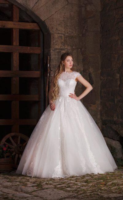 Великолепное свадебное платье с закрытым кружевным лифом и аппликациями по пышному подолу.
