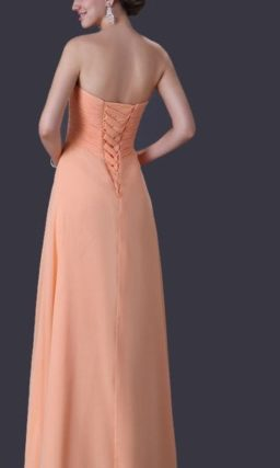 Сдержанное вечернее платье персикового цвета с длинной прямой юбкой.