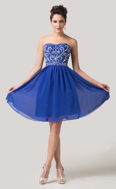 Короткое вечернее платье синего цвета со стразами на открытом корсете.
