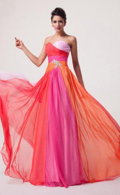 Яркое вечернее платье со стразами на талии и длинной прямой юбкой.
