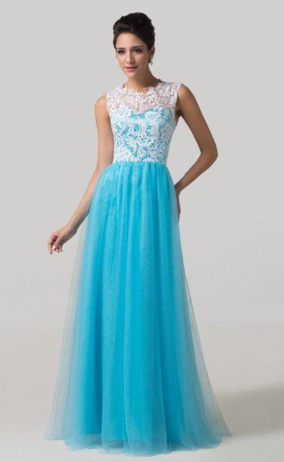 Голубое вечернее платье с длинной прямой юбкой и белым верхом.