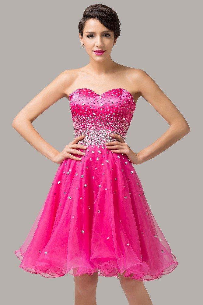 Сверкающее вечернее платье малинового цвета с декором из стразов.