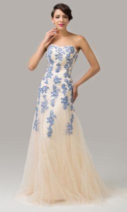 Бежевое вечернее платье с открытым верхом и декором голубым кружевом.