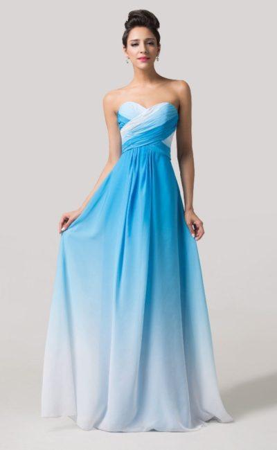 Прямое вечернее платье с лифом-сердечком, выполненное в белом и голубом цветах.