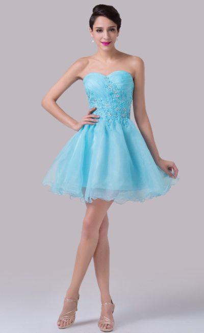 Пышное вечернее платье голубого цвета с бисерным декором на корсете.