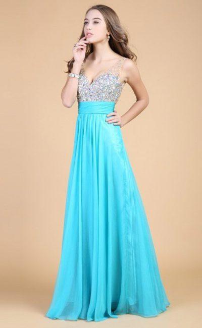 Длинное вечернее платье с сияющим лифом и широким поясом на талии.
