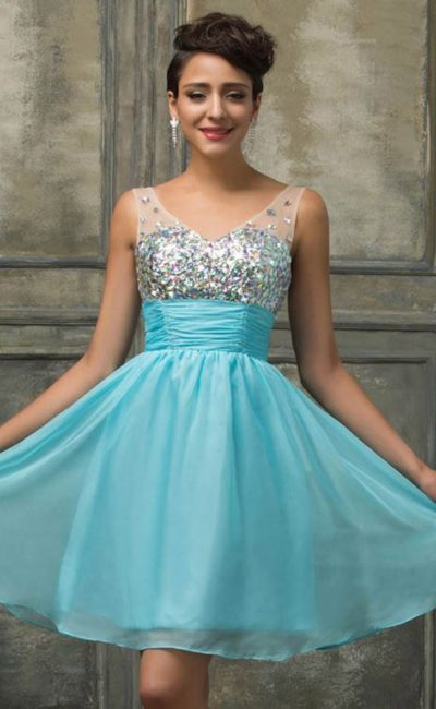 Короткое вечернее платье с широким поясом и стразами на лифе.