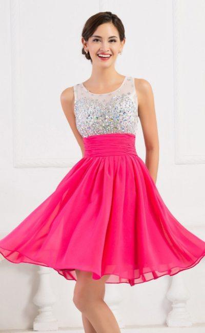 Короткое вечернее платье с малиновой юбкой и лифом, покрытым стразами.