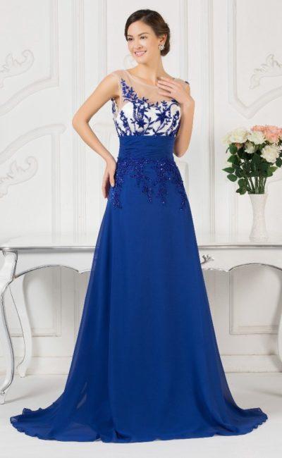 Синее вечернее платье А-силуэта с белым лифом, покрытым синей вышивкой.