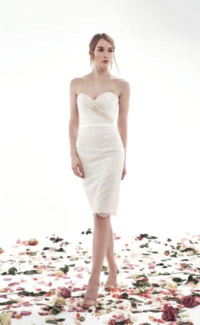 Облегающее свадебное платье-футляр, покрытое тонким кружевом.