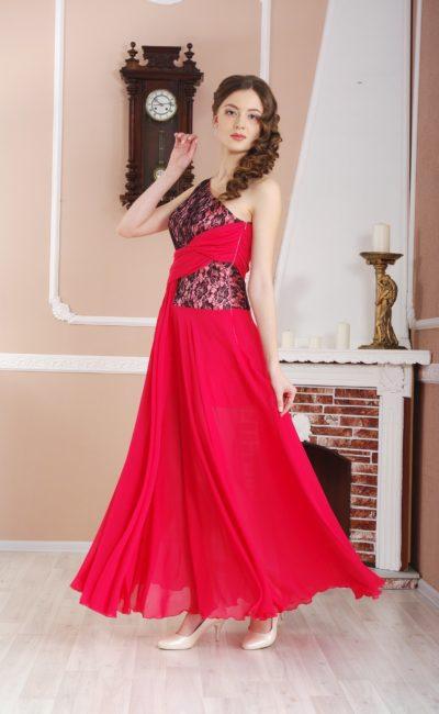 Красное вечернее платье прямого кроя, декорированное черным кружевом.