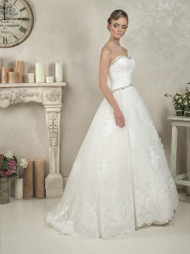 Пышное свадебное платье с серебристым декором и аппликациями на юбке.