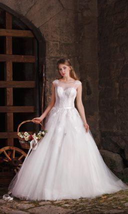Романтичное свадебное платье с многослойной юбкой и закрытым верхом с кружевным декором.