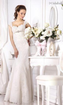 Кружевное свадебное платье облегающего кроя с широкими бретелями.