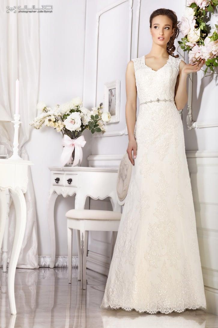 Свадебное платье «принцесса» с открытой спиной и узким поясом на талии.