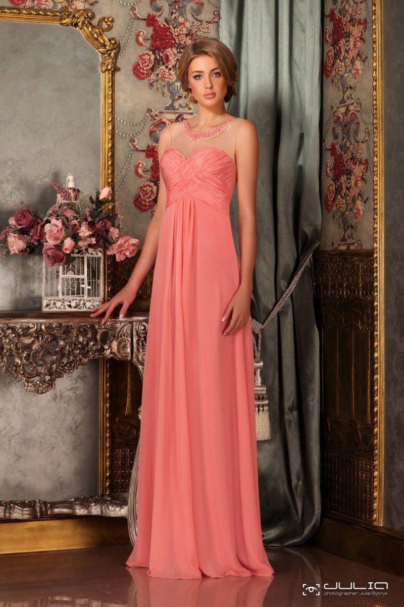 Изысканное вечернее платье персикового цвета с драпировками и круглым вырезом.