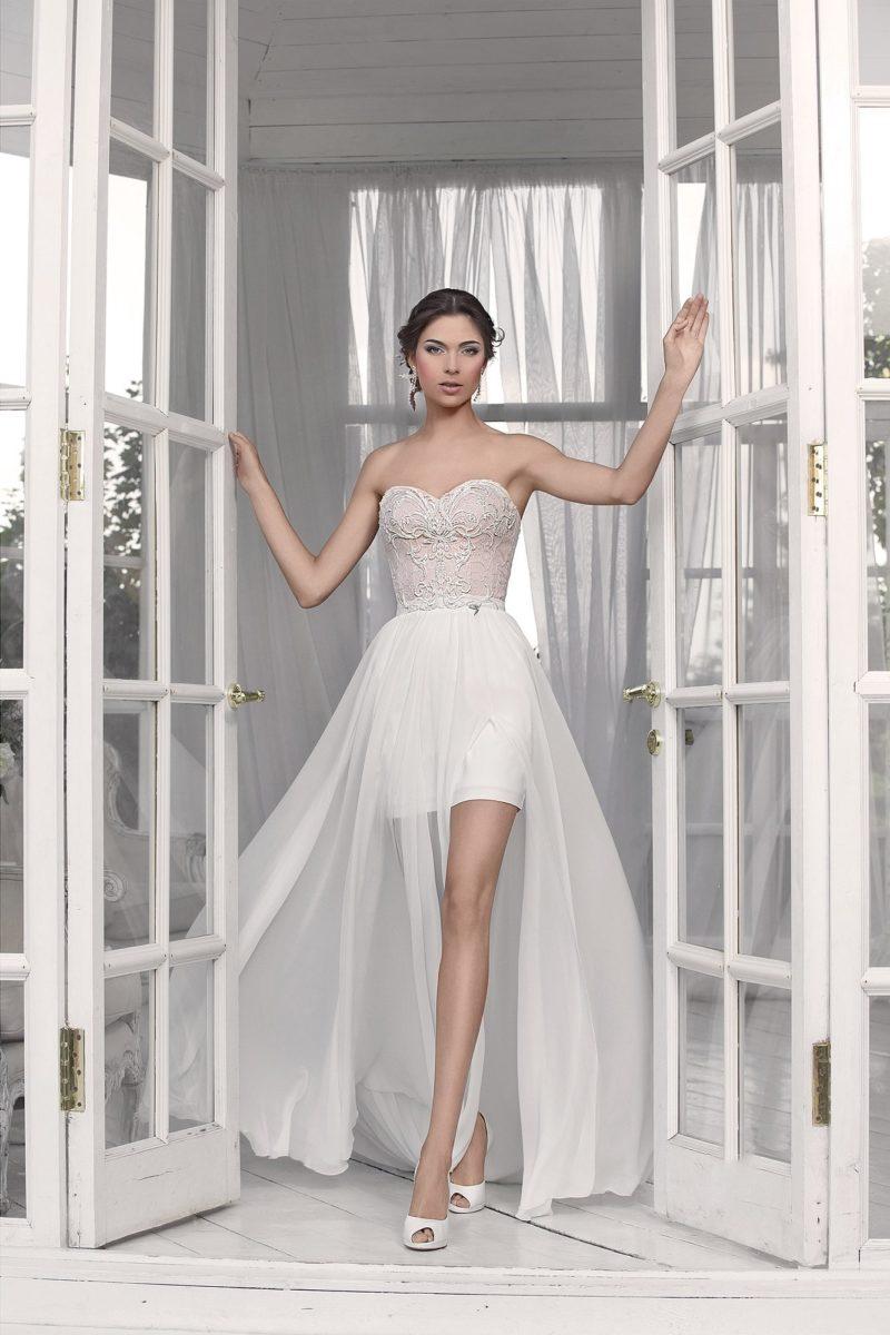 Оригинальное свадебное платье длиной до середины бедра с открытым лифом в форме сердца.