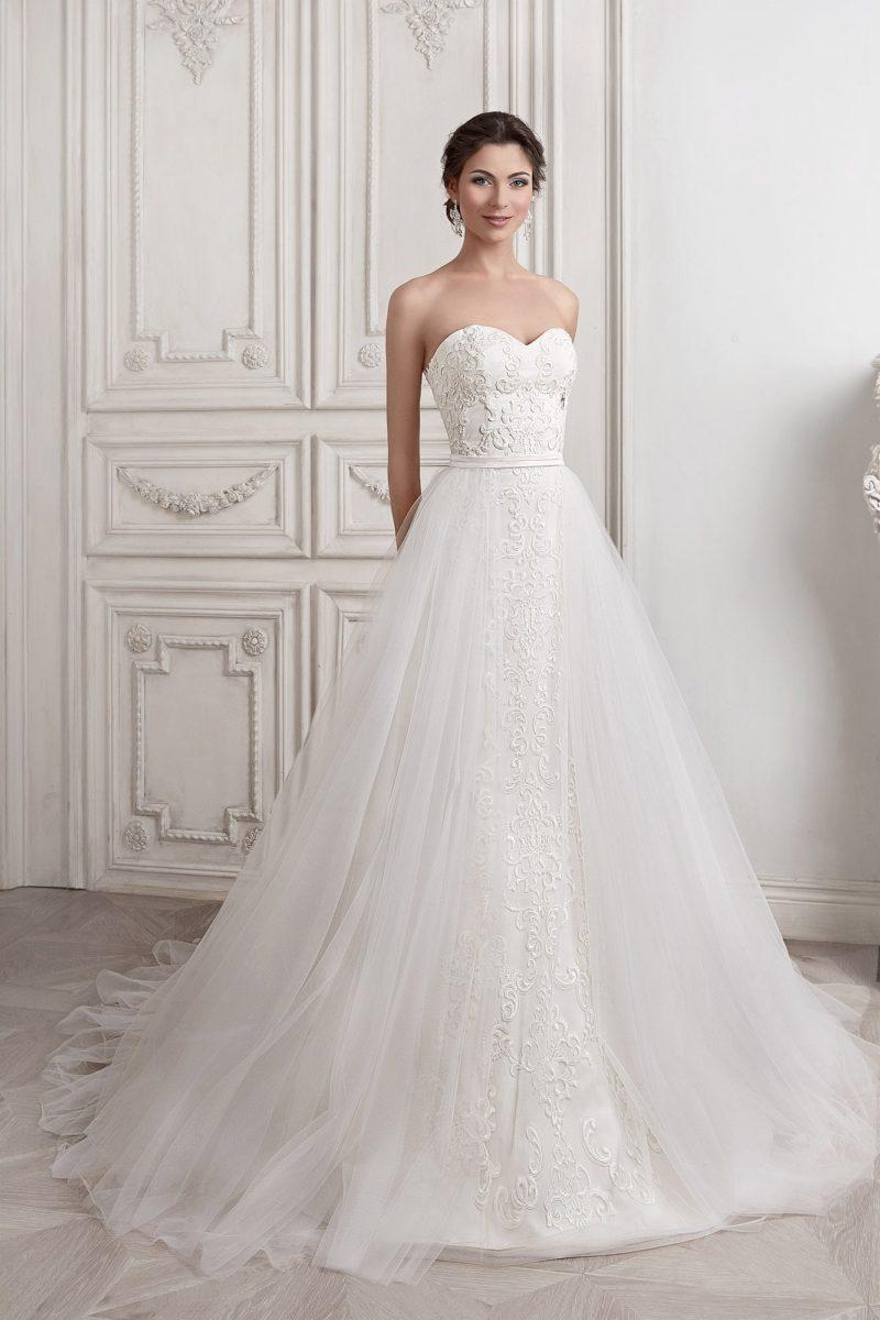 Кружевное свадебное платье «принцесса» с классическим открытым лифом и верхней юбкой.