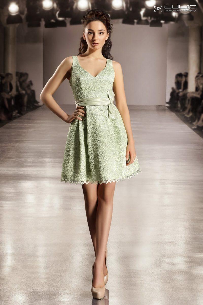 Стильное вечернее платье салатового оттенка с юбкой длиной до середины бедра.