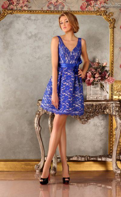 Короткое вечернее платье А-кроя, украшенное синим кружевом.