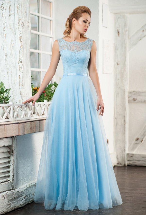 Торжественное вечернее платье голубого цвета с закрытым верхом и пышной юбкой.
