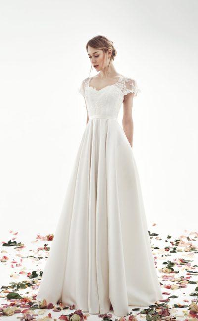 Нежное свадебное платье силуэта «принцесса» с коротким кружевным рукавом.