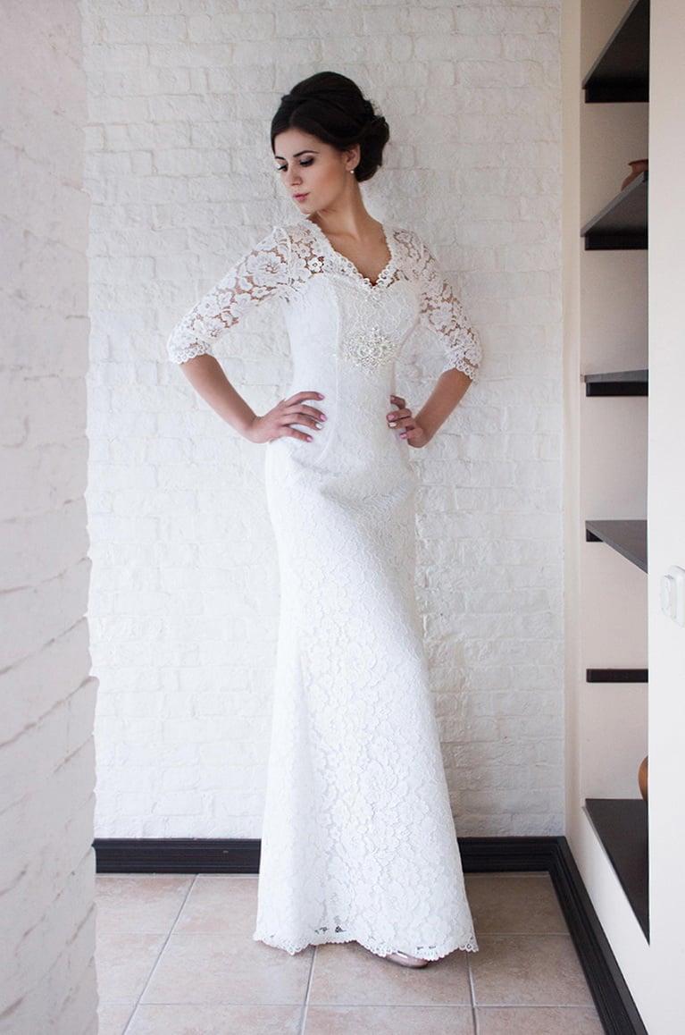 Прямое свадебное платье с длинным рукавом из плотного кружева.