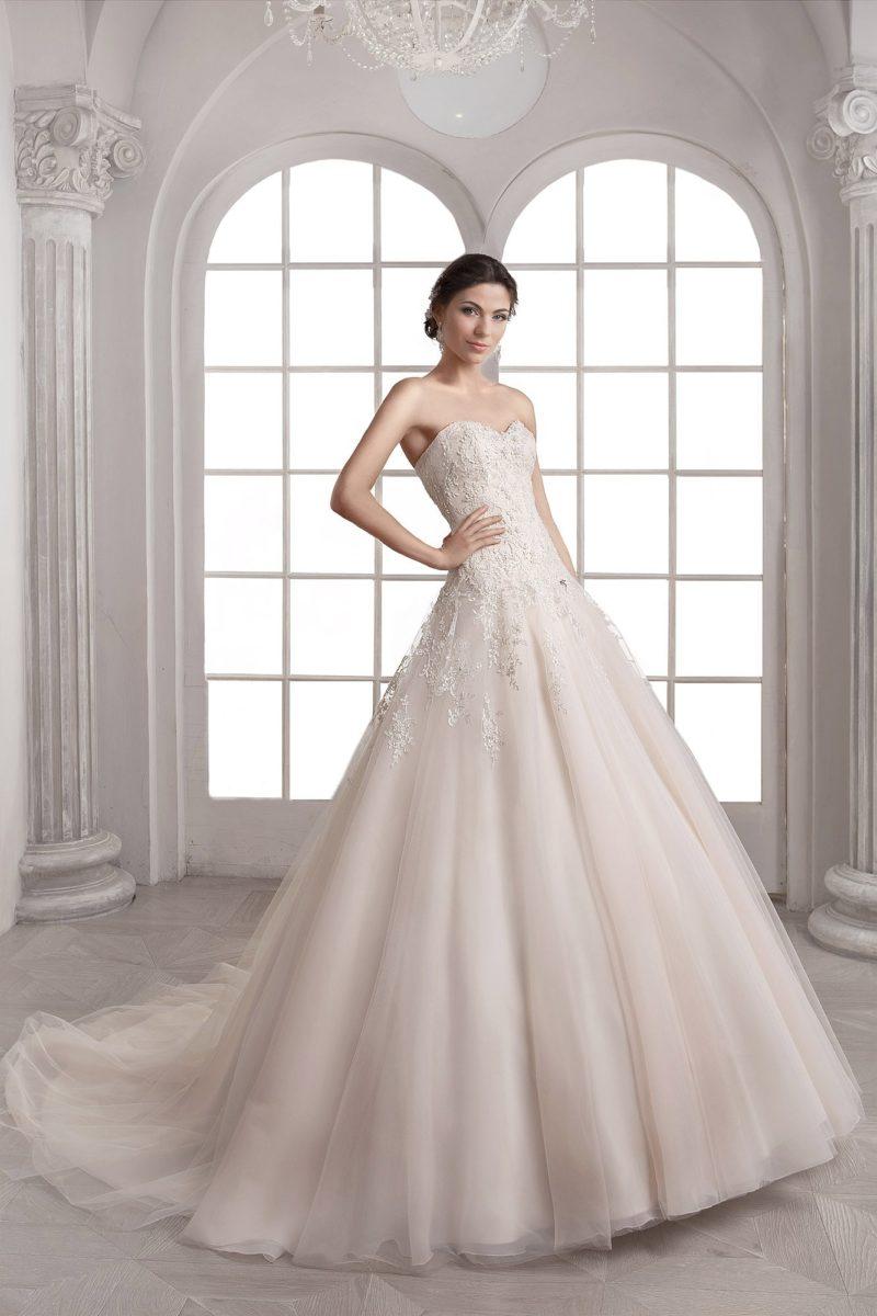 Романтичное свадебное платье «принцесса» с открытым кружевным корсетом и лаконичной юбкой.
