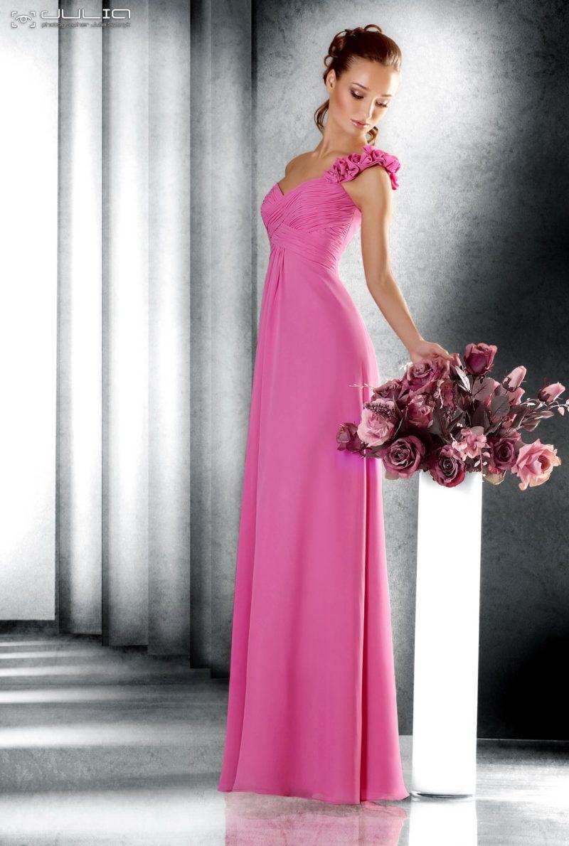 Прямое вечернее платье розового цвета с драпировками на асимметричном лифе.