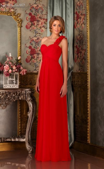 Стильное вечернее платье прямого кроя с объемной асимметричной бретелью.