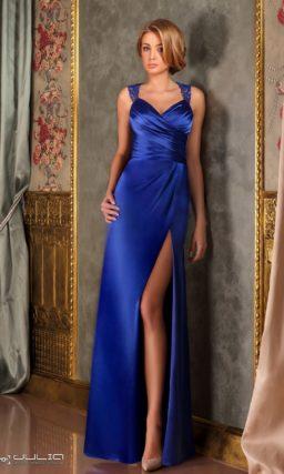 Атласное вечернее платье с кружевными бретелями и открытой спинкой.