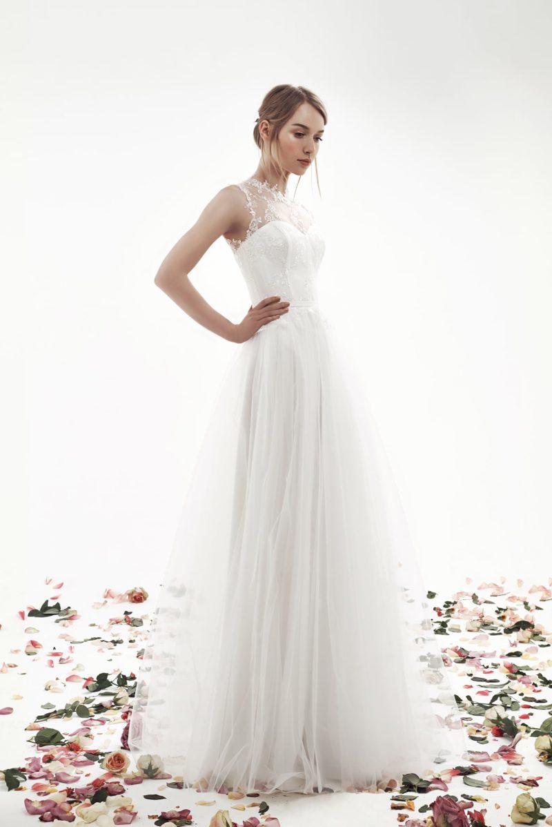 Свадебное платье с многослойной юбкой А-кроя и кружевным верхом.