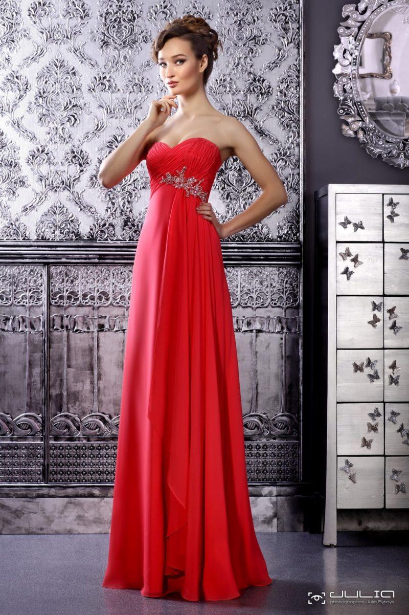 Прямое вечернее платье алого цвета, украшенное по лифу бисерным декором.