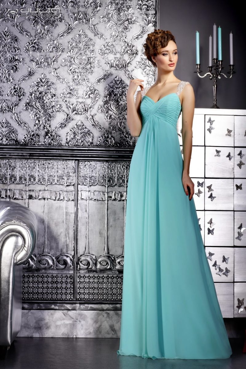 Голубое вечернее платье с завышенной талией и полупрозрачными бретельками.