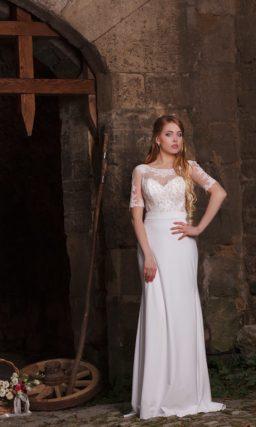 Прямое свадебное платье с лаконичной юбкой и кружевным декором закрытого верха.