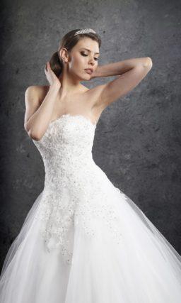 Роскошное свадебное платье с фактурным корсетом с лифом прямого кроя.