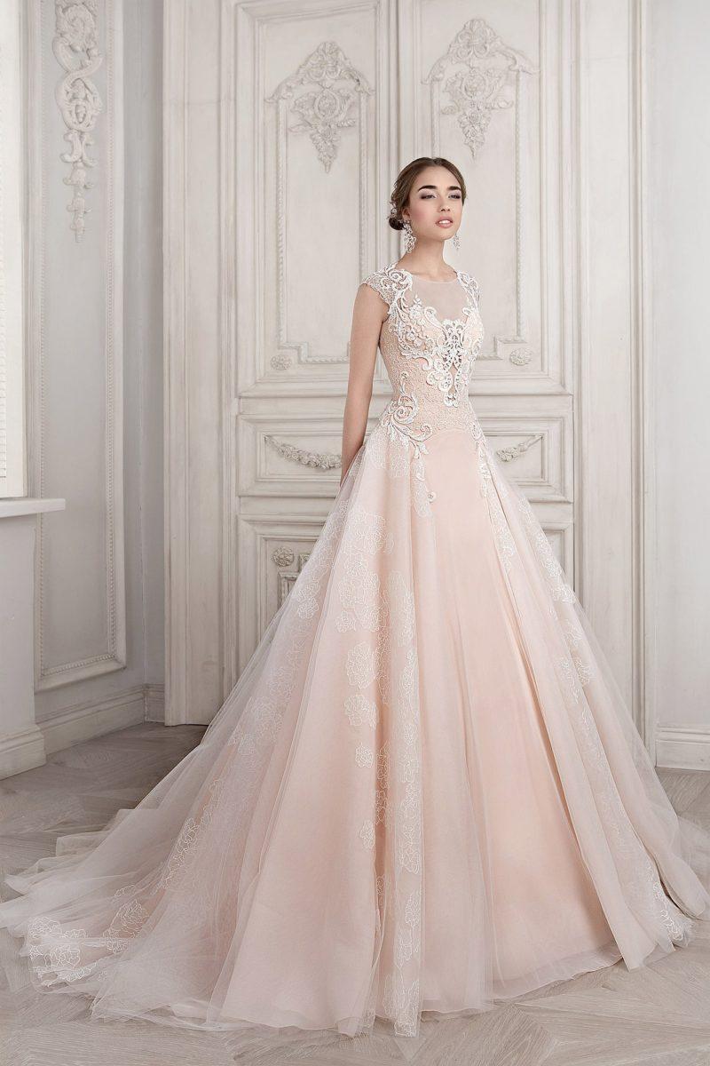 Свадебное платье «принцесса» нежного персикового цвета со шлейфом и кружевным декором.