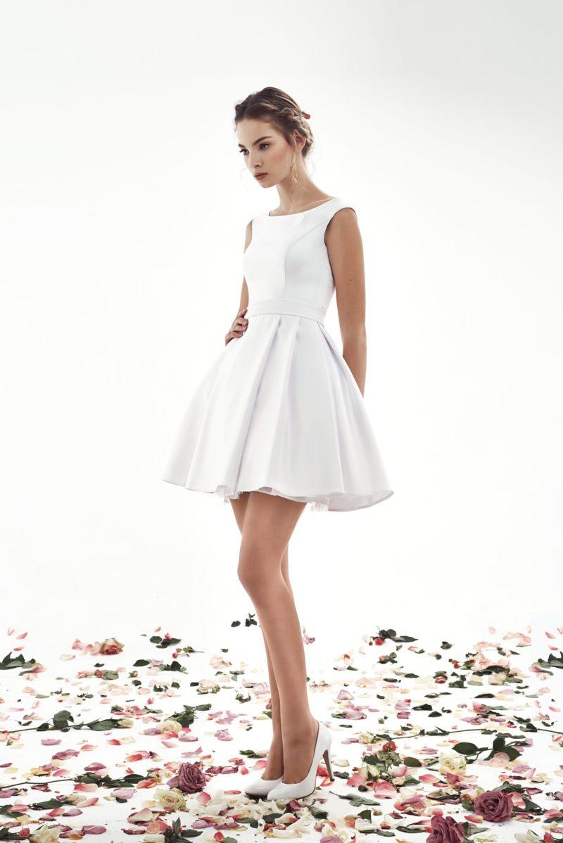 Короткое свадебное платье лаконичного кроя с вырезом под горло.